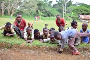 学校近くの子どもたち1(HP)